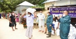 মানিকগঞ্জে বন্যা দুর্গত এলাকায় নৌবাহিনীর খাদ্য সহায়তা