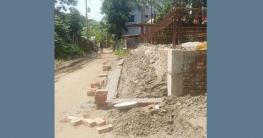 সিঙ্গাইরে রাস্তা দখল করে বসতবাড়ি নির্মাণের অভিযোগ