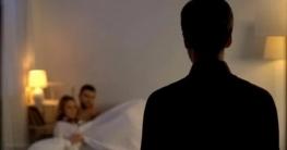 হোটেলে অন্য পুরুষের সঙ্গে স্ত্রী, রাস্তায় নামিয়ে পেটালেন স্বামী